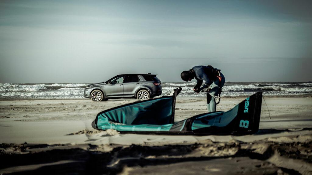 De Land Rover Plug-in Hybrid Vs Kitesurfer Youri Zoon tijdens 'The Perfect Storm'